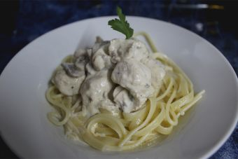 Preparar pasta con salsa de pollo y champiñón