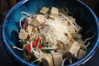 Cocinar pad thai vegano
