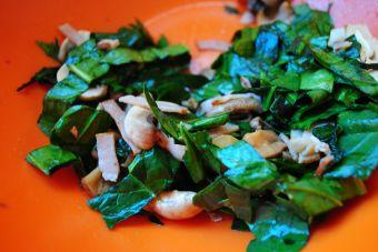 Ensalada fresca con tocino y champiñones