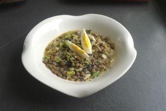 Preparar guiso de lentejas, verduras y semillas