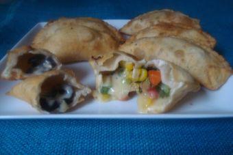 Empanadas fritas de verduras y queso aceituna