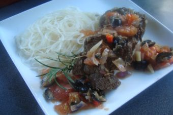 Carne en salsa mediterránea