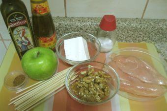 Anticuchos de pollo relleno y manzana verde