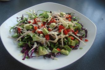 Prepara una Trilogía de repollo y verduras con aliño césar
