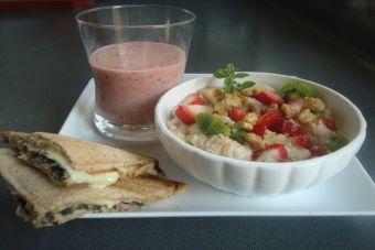 Desayuno nutritivo: Compota de avena y frutos secos, sándwich sellado y smoothie de fruta