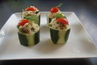 Prepara unos Vasitos de pepino rellenos con bolitas de atún y cuscús
