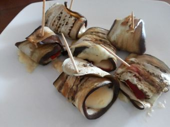 Cómo hacer rollitos de berenjena con pimiento asado
