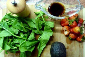 Cómo hacer una Ensalada veraniega con rúcula, frutilla y palta