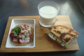 Empieza el día comiendo rico: Tortilla de avena y sándwich de queso de cabra con palta