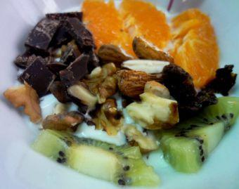 Desayuno: Yogurt con mandarina, kiwi, frutos secos y chocolate