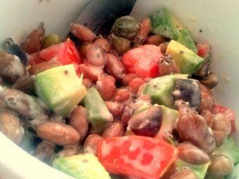 Ensalada fácil de porotos con salsa de ajo