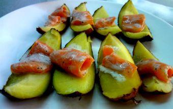 Salmón ahumado en cáscaras de papas