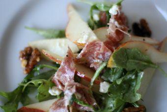 Ensalada: Mix de hojas verdes con prosciutto, pera y queso azul
