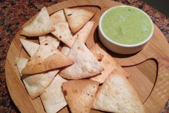 Prepara Chips de tacos y salsa de palta