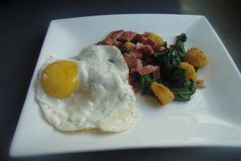 Receta: Polenta con espinaca, tocino y huevo