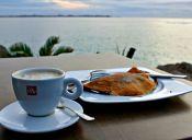 Pequeñas cosas increíbles: un café mirando el mar