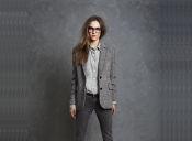 Tendencia: outfit monocromático con un golpe de color
