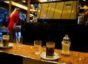 Tener una cita en un café con piernas