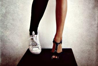 Pequeñas cosas divertidas: usar zapatos distintos