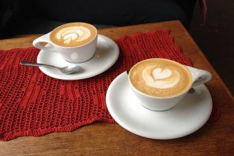 Resultado de imagen para tinder con un cafe