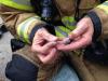 Con pequeñas máscaras de oxígeno bomberos rescatan a familia de hámsters en incendio