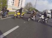 Motociclistas salvan a un perro en carretera