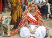 Joven hindú se casó con un perrito para romper una maldición familiar