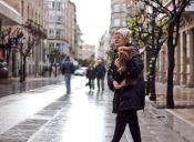 ¿Transportas a tu perro en brazos? Conoce las consecuencias