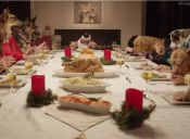 Video muestra cómo sería una cena de Navidad con doce perros y un gato