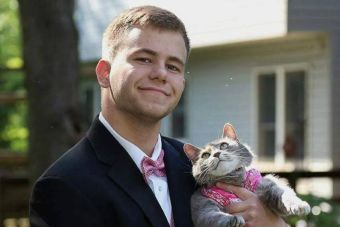 No tenía acompañante para su fiesta de graduación y fue con su gata
