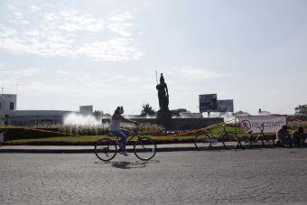 Paseando en bici en una de las avenidas más importantes de Guadalajara, Jalisco