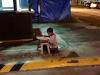 La verdadera historia del niño que fue fotografiado haciendo sus tareas en la calle