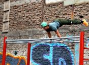 Estudiantes de la U. de Chile instalaron parque de gimnasia callejera en el INBA