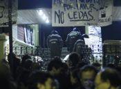 Carabineros desalojó el Liceo Manuel de Salas y apoderados acusan 'manoseos' a alumnas