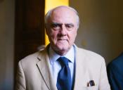 Columnista y premio nacional: En Chile hay Ues que se parecen a los médicos y otras a los curanderos