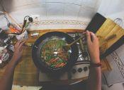 Manual de supervivencia mechón: 8 cosas que debes aprender a cocinar