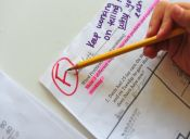 Colegio en Inglaterra prohíbe color rojo para evaluar las pruebas