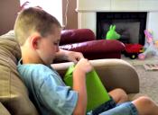 Mira como reacciona este niño al recibir como regalo el Minecraft que tanto quería