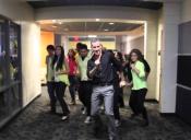[VIDEO] Profesor protagoniza coreografía junto a sus alumnos y termina haciéndose viral