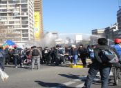 Acusan montaje por quema de micros en reprimida marcha de estudiantes