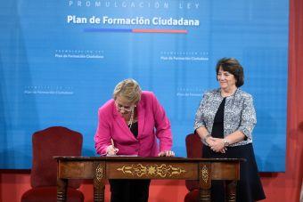 Presidenta promulgó ley que crea el Plan de Formación Ciudadana en los colegios