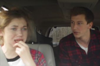 Hermanos convencen a su hermana menor de que está en un apocalipsis zombie