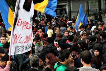 Estudiantes llevan a cabo marcha no autorizada en el centro de Santiago