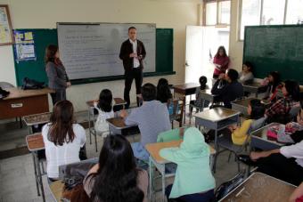 Experta estadounidense compara el sistema educativo de USA con el chileno