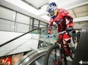 [Video] Realizan descenso de MTB en un mall