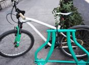 El proyecto de reciclaje que transforma bicicletas viejas en estacionamientos