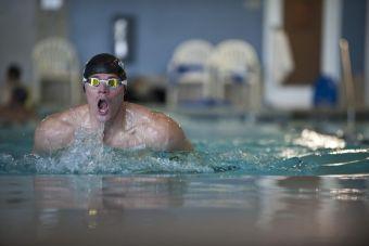 Cómo definir los abdominales con la natación