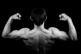 Ingerir proteínas antes de acostarse ayuda a desarrollar músculos