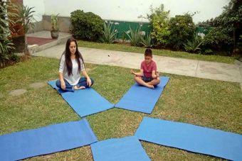 7 posturas de yoga para hacer entre padres e hijos