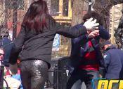 [VIDEO] ¿Cómo reacciona la gente al ver a dos pololos agredirse en público?